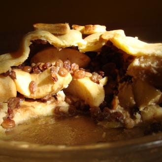 Apple Rum Raisin Pie https://bigsislittledish.wordpress.com/2011/01/10/apple-rum-raisin-pie-gluten-free-and-traditional/