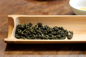 Oolong tea is rolled up.